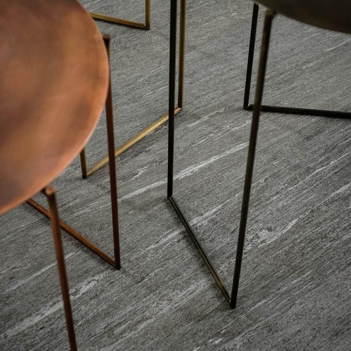 Piastrella in gres porcellanato effetto pietra serie Mystone Pietra di Vals di Marazzi col. antracite (30x120 cm) per la cucina
